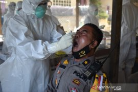 Antisipasi penyebaran COVID-19, 131 personel Polres Pasaman Barat jalani tes usap