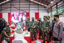 Kapolri-Panglima TNI saksikan  penyuntikan vaksin COVID-19 di Palembang