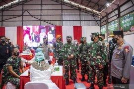 Panglima TNI dan Kapolri meninjau pelaksanaan vaksinasi