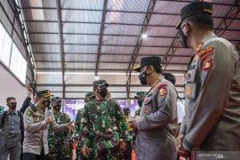 Panglima TNI dan Kapolri meninjau pelaksanaan vaksinasi  Page 3 Small