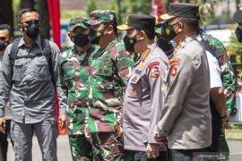Panglima TNI dan Kapolri meninjau pelaksanaan vaksinasi  Page 4 Small