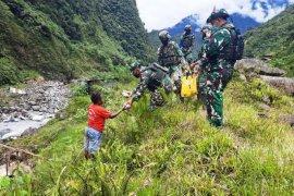Satgas Yonif 756/WMS bakti sosial kepada warga Banti Tembagapura