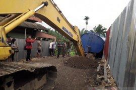 Truk terpuruk, transportasi Padang-Simpang Empat Pasaman Barat putus total
