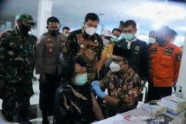 Bupati dan Wakil Bupati Lampung Tengah tinjau vaksinasi pedagang