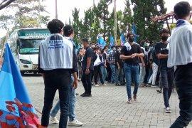 Massa pendukung  KLB  Partai Demokrat terus berdatangan ke arena