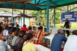Babinsa bersama Puskesmas Wooi sosialisasi vaksinasi di warga kampung Karemoni