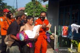 Tim SAR gabungan temukan anak terseret ombak di pantai Padang