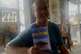 Andrew Friend, bule Amerika Serikat pencipta kamus Bahasa Suku Sasak