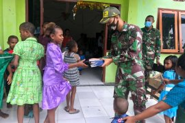 Satgas TNI bagikan Alkitab kepada warga Kampung Kibay di Keerom