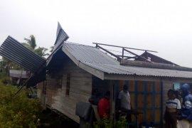 Lima rumah di Bukit Batu Bengkalis porak poranda dilibas puting beliung