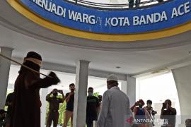 Karena berbuat mesum, oknum PNS Aceh dicambuk 18 kali