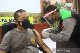 Personel Polresta Mataram jalani vaksinasi Covid-19 tahap pertama