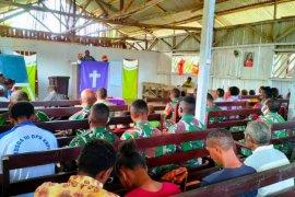 Personel Satgas TMMD Boven Digoel ibadah bersama warga Kawagit
