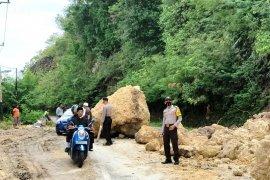 Sempat terhalang akibat longsor di Air Dingin, akses jalan ke Solok Selatan mulai lancar