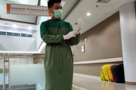 Dari balik hazmat mereka berjuang merawat pasien COVID-19