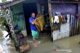 Bersihkan Rumah Pascabanjir