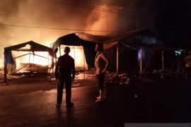 4,5 jam dilalap api, sembilan ruko di Pasar Kambang ludes
