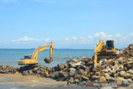 Pembuatan Tanggul Abrasi Pantai Padang
