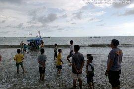 Asyik mandi, tiga pengunjung Pantai Pasir Tiku Agam terbawa arus ke tengah laut