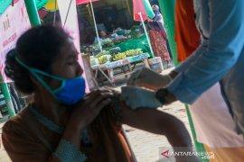 Vaksinasi di Pasar Tradisional Kebon Roek Mataram