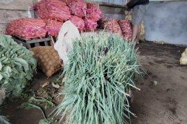 Pedagang pengepul buang sayuran yang tak laku Lambar Page 2 Small