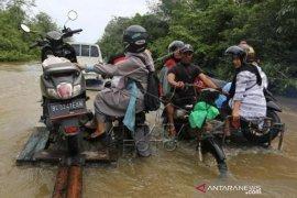 Jasa Angkut Kendaraan Lewati Banjir