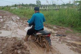 Jalan Rusak berlumpur di Desa Sumber Makmur, penghubung ke Desa Mulya Sari, Kecamatan Mesuji, Kabupaten Mesuji, Lampung Page 2 Small