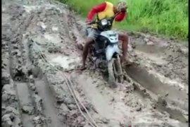 Jalan Desa Sumber Makmur di Kabupaten Mesuji becek dan berlumpur