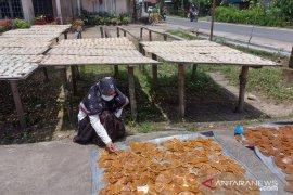 Jerit hati pedagang kerupuk terdampak pandemi COVID-19