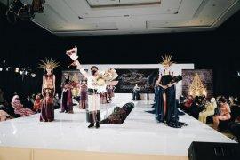Ulos Batak tampil memukau di Indonesia Fashion Parade 2021