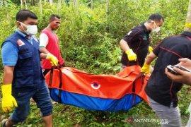 Polisi evakuasi temuan kerangka manusia yang ditemukan warga di gubuk