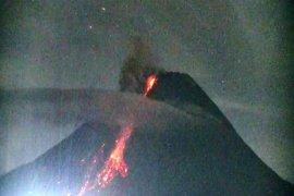 Gunung Merapi luncurkan awan panas guguran tiga kali hingga 1,8 km