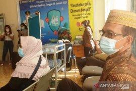 Normal, hari pertama puasa vaksinaai lansia di puskesmas Palembang