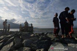 Ngabuburit di Masjid Terapung bekas tsunami di Pantai Teluk Palu Page 2 Small
