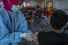 Vaksin tahap kedua pekerja pariwisata di Palu Page 2 Small