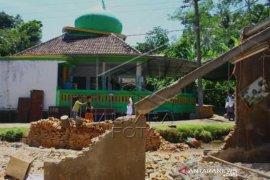 Shalat Jumat Di Lokasi Gempa Malang Page 2 Small