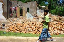 Shalat Jumat Di Lokasi Gempa Malang