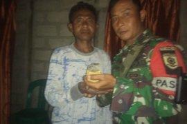 Warga TTU serahkan granat aktif kepada Satgas Pamtas RI-Timor Leste