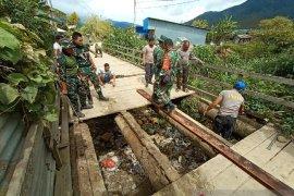 Personel TNI-Polri perbaiki jembatan penghubung kampung Ikebo-Kimupugi