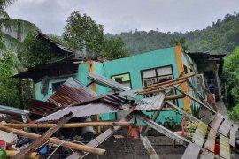 Menara Telkomsel roboh menimpa rumah  warga di Sangihe