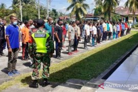 Personel Babinsa Kodim Biak latih disiplin 128 pencari kerja
