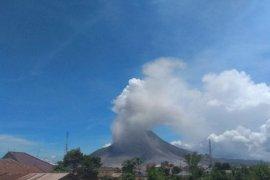 Gunung Sinabung dua kali erupsi luncurkan abu vulkanik sejauh 2.000 meter