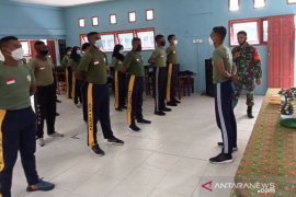 Babinsa Koramil Timika latih baris berbaris siswa SMA Taruna Mimika