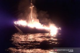 Kapal wisata terbakar di Selat Buton, seorang ABK-nya warga negara AS