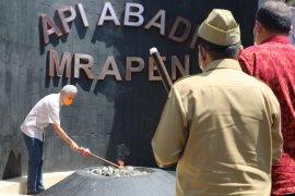 Ganjar Pranowo menyalakan kembali Api Abadi Mrapen