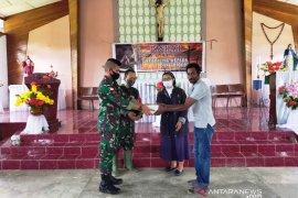 Satgas TNI bagikan Alkitab jemaat gereja di perbatasan RI-PNG
