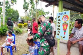 Satgas TNI buka layanan pangkas rambut keliling gratis warga di perbatasan