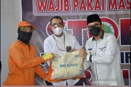BNI salurkan 500 paket sembako kepada petugas kebersihan Kota Padang