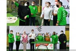 Ketum PPP dan Anies Baswedan bagikan gerobak di Hari Kartini