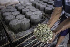 Artikel - Dua pengusaha wanita ubah sampah plastik jadi bahan bangunan